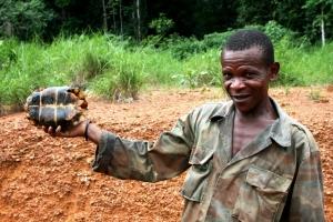 Sebastián enseña su caza, una jugosa tortuga